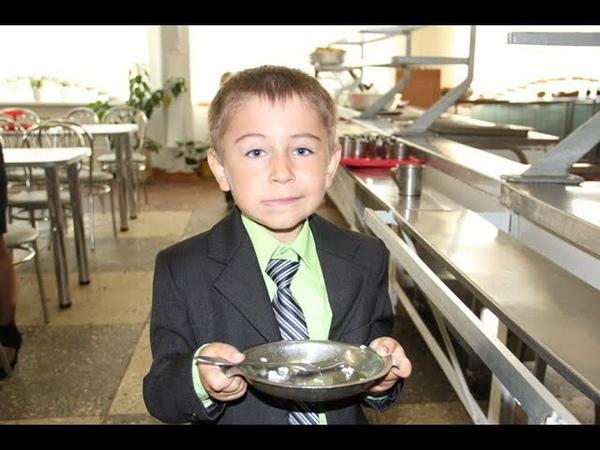 Одноклассник дочери доедал остатки школьных обедов Возмущенные родители обсудили вопрос на собрании