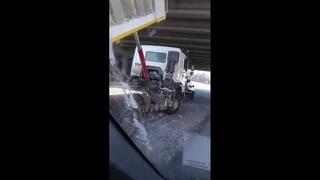 На Серовском тракте самосвал кузовом врезался в мост