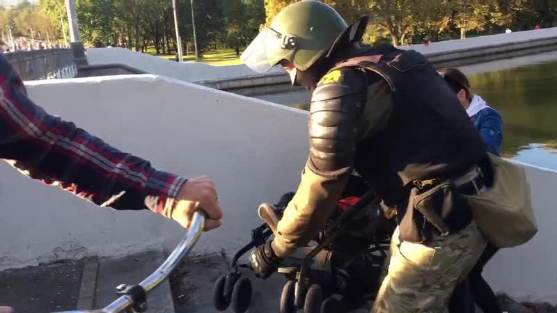Военнослужащий помог перенести детскую коляску