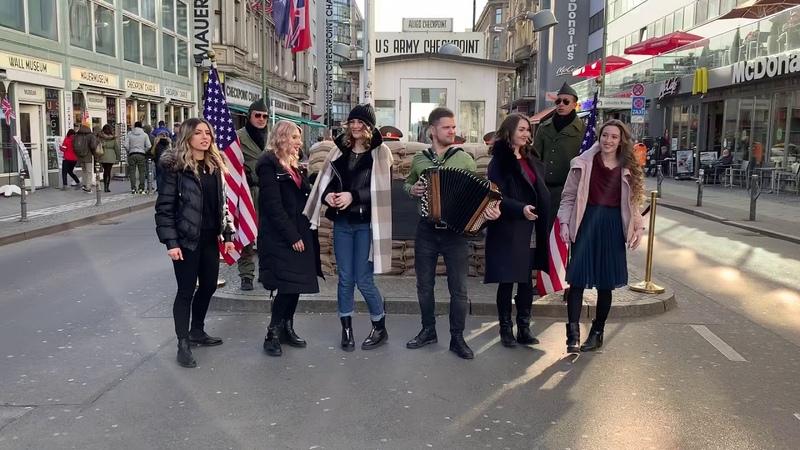Девочки поют в Берлине Checkpoint Charli