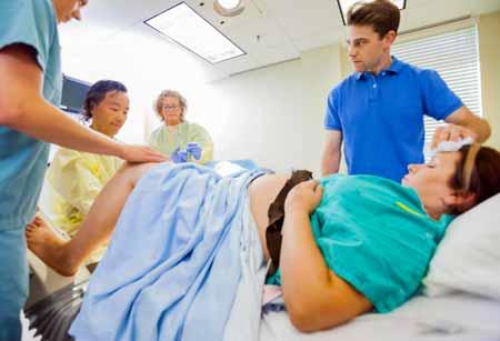 Во время обследования таза гинекологи используют зеркало для доступа к вагинальному каналу пациента.