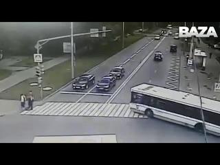 В Москве на Краснодонской улице автобус снес остановку с людьми.