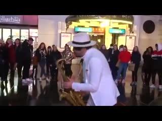 Саксофонист исполняет кавер на трек The Weeknd Blinding Lights