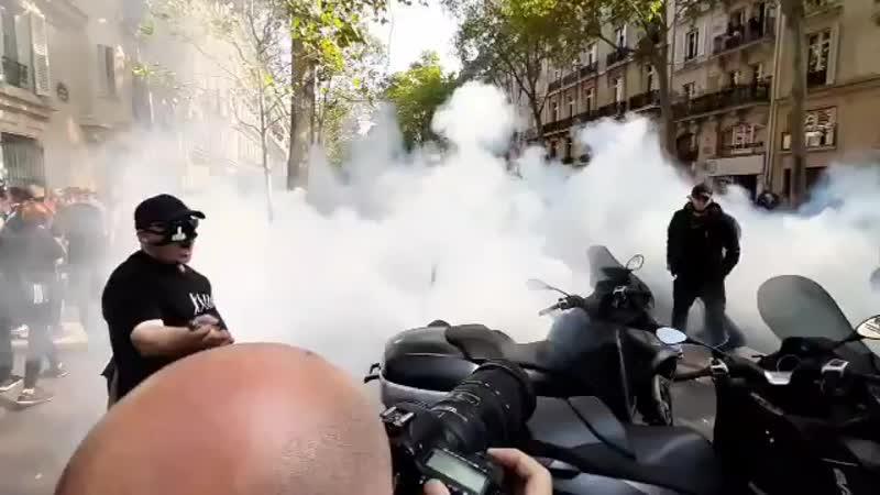 Париж Place du Brésil Люди бегут задыхаются и падают Как же может режим mp4